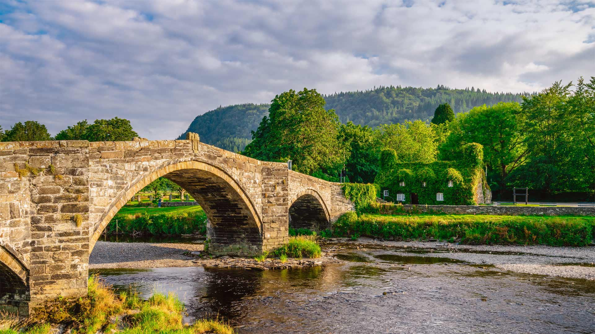 Pont Fawr, a stone arch bridge in Llanrwst, Wales (© Pajor Pawel/Shutterstock)